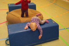 Sport in der Turnhalle, auch die ganz Kleinen sind dabei